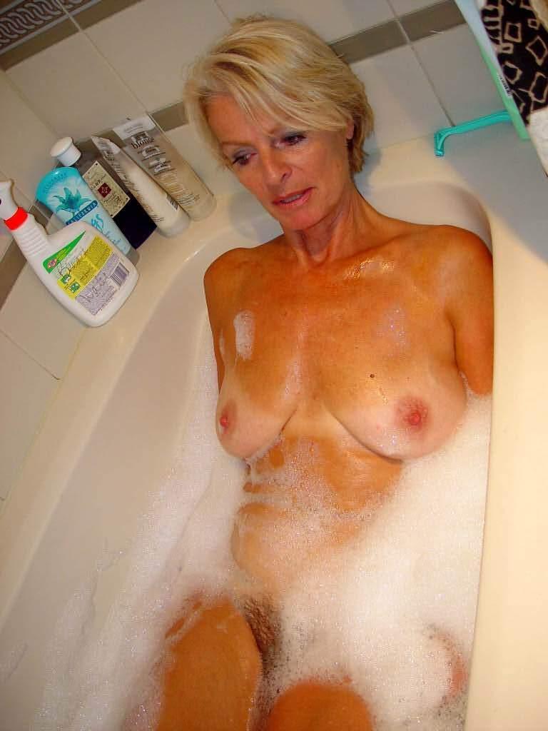 блондинка в возрасте в ванной подборка выступлений